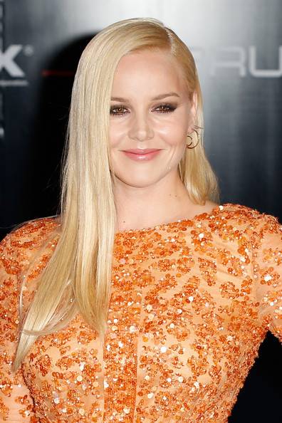 Abbie Cornish went for sleek elegance with this straight side-parted 'do during the 'Robocop' premiere in London.