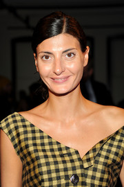 Giovanna Battaglia pulled her hair back into a simple side-parted ponytail for the Rodarte fashion show.