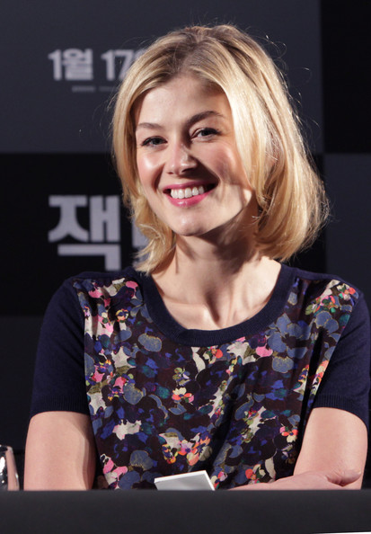 Rosamund Pike Bob [film,hair,face,hairstyle,blond,chin,cheek,smile,layered hair,long hair,event,jack reacher,rosamund pike,seoul,conrad hotel,south korea,press conference,press conference]