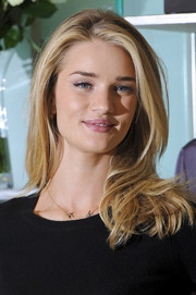 Rosie Huntington-Whiteley sported a simple yet chic layered cut during the launch of her lingerie collection.