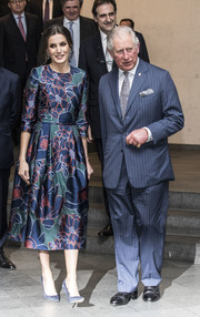 Queen Letizia complemented her dress with a pair of navy suede pumps by Nina Ricci.