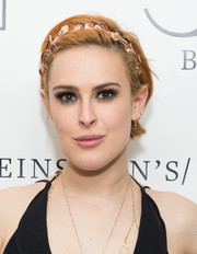 Rumer Willis wore her hair short with a side part and adorned it with a metallic headband for the 54 Below event.