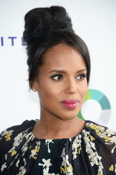 Kerry Washington swiped on some bright pink lippy to play up her pout.