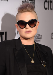 Kelly Osbourne added a retro touch with a pair of cateye sunnies.