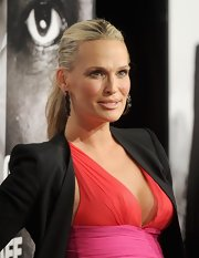 Molly Sims wore her hair in a sleek ponytail during the NYC premiere of 'Safe House.'