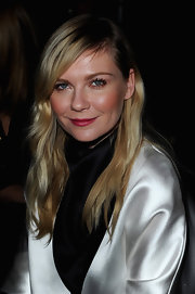 Kirsten Dunst's blonde locks looked casual and cool with this deep side-part 'do with beachy waves.