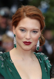 Lea Seydoux matched her embellished green gown with a pair of dangling gemstone earrings.