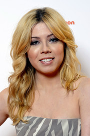 Jennette McCurdy was hippie-chic at the 'Sam & Cat' premiere with this center-parted wavy 'do.