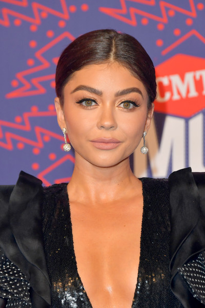 Sarah Hyland Diamond Spheres [hair,face,hairstyle,eyebrow,lip,forehead,premiere,eyelash,black hair,long hair,arrivals,sarah hyland,cmt music awards,bridgestone arena,nashville,tennessee]