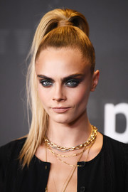 Cara Delevingne sealed off her look with a smoky eye.