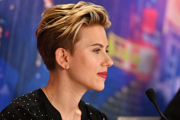 Scarlett Johansson Fauxhawk [ghost in the shell paris press conference,release,hair,face,hairstyle,chin,eyebrow,blond,forehead,nose,lip,pixie cut,scarlett johansson,paris,france,hotel le bristol,paramount pictures,press conference,paris premiere]