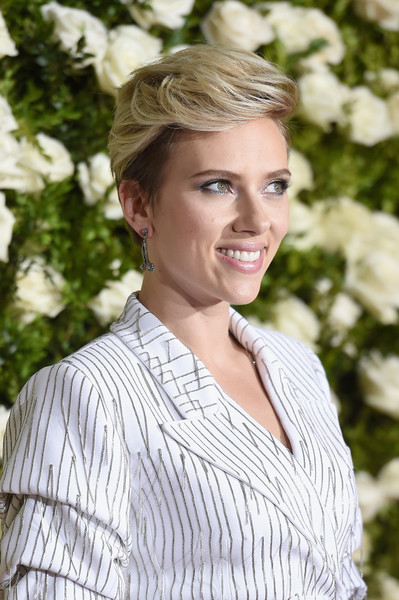 Scarlett Johansson Short Side Part [hair,face,blond,hairstyle,lady,beauty,skin,eyebrow,lip,shoulder,arrivals,scarlett johansson,tony awards,radio city music hall,new york city]