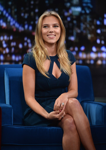 Scarlett Johansson S Face Framing Layers The Best Hairstyles For Heart Shaped Faces Stylebistro