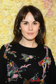 Michelle Dockery sealed off her look with a pair of gold hoops.
