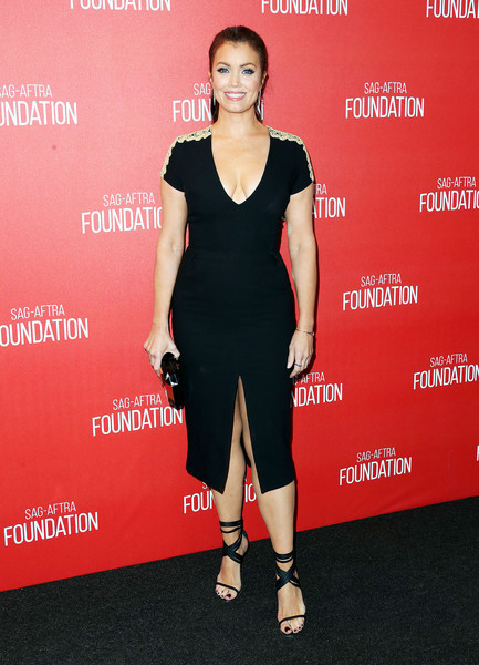 Bellamy Young paired her alluring dress with strappy black sandals that complemented the look.