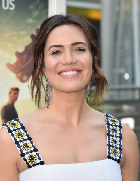 Mandy Moore looked romantic wearing this loose bun with wavy tendrils at the screening of 'The Darkest Minds.'