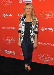Ali Fedotowsky went for a casual yet smart vibe with a pair of skinny jeans and a floral blazer during the 'Pretty Little Liars' screening.