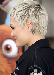 Jessie J showed off a musical note tattoo behind her ear while posing for photographers at the 'Ice Age: Collision Course' screening.