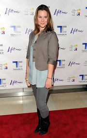 Ashley Williams made a great outfit with these washed-out skinny jeans.