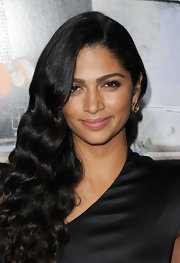 Camila Alves emphasized her lengthy lashes with natural looking neutral eye shadow.