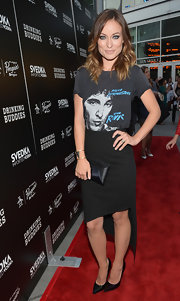 Olivia showed some leg with this asymmetrical-hemmed skirt, which she paired with a tee.