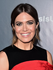 Mandy Moore went for a bold beauty look with heavily lined eyes.