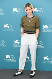 Kristen Stewart paired her top with white Brunello Cucinelli slacks.
