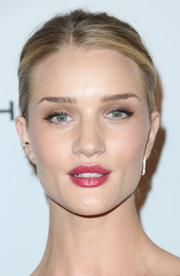 Rosie Huntington-Whiteley kept her beauty look low-key with some neutral eyeshadow during the Baby2Baby Gala.