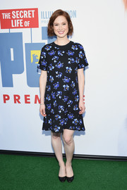 Ellie Kemper chose cute black ballet flats to complete her look.