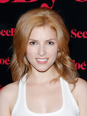 Anna Kendrick chose a soft and loose wave to show off her strawberry locks.