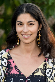 Caroline Issa glammed up her casual 'do with a pair of gold dangle earrings.