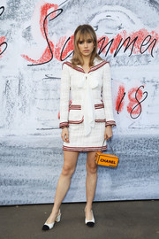 Suki Waterhouse rounded out her look with a boxy chain-strap bag by Chanel.