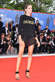 Izabel Goulart completed her attire with black ankle-strap heels by Giuseppe Zanotti.