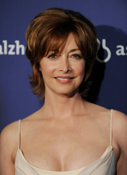 Sharon Lawrence Layered Razor Cut [a night at sardis,hair,face,hairstyle,eyebrow,chin,brown hair,layered hair,bangs,blond,lip,sharon lawrence,fundraiser and awards,dinner,beverly hilton hotel,beverly hills,california,alzheimers association,a night at sardis]