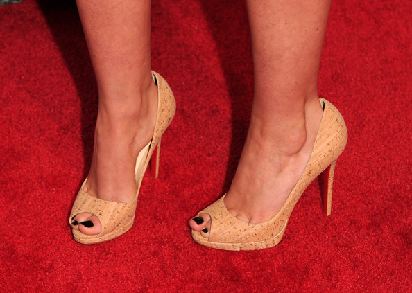 Shanae dazzled in a pair of peep-toe pumps which looked to be made of cork material. A nice spin on a simple pair of heels.