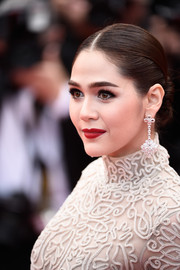 Araya Hargate flaunted a flawlessly styled center-parted bun at the 'Sicario' premiere in Cannes.