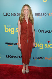Holly Hunter injected some glitter with a pair of gold platform sandals.