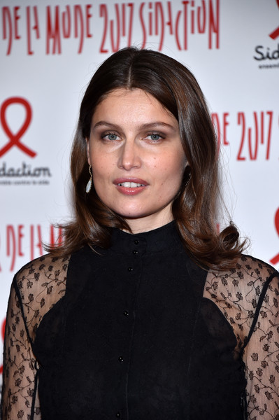 Laetitia Casta wore her hair with a center part and flippy ends when she attended the 2017 Sidaction Gala.