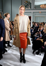 Doutzen Kroes finished off her outfit with a classic beige trenchcoat.