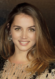 Ana de Armas finished off her look with a pair of dangling gold disc earrings by Chanel.