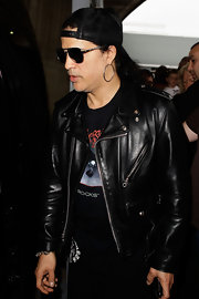 Slash completed his ensemble with a pair of sterling hoops for his flight to Sydney.