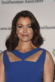 Bellamy Young wore a classic and demure wavy hairstyle to the 'Scandal-ous!' event.