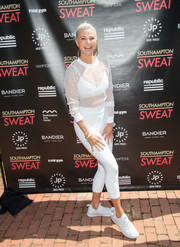 Christie Brinkley matched her top with a pair of cropped leggings.