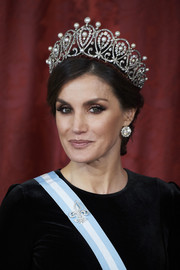Queen Letizia of Spain looked resplendent in her diamond and pearl tiara at the Royal Gala Dinner in honor of the Chinese President.