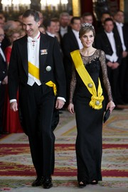 Princess Letizia donned a classic black lace evening dress for a dinner in honor of the Mexican President.