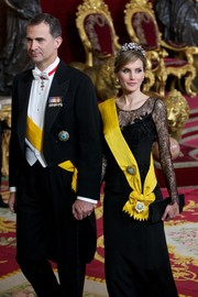 Princess Letizia complemented her lace dress with a black satin clutch during the dinner in honor of the Mexican President.