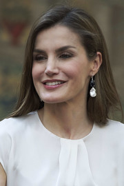 Queen Letizia of Spain finished off her look with a pair of dangling monochrome earrings.
