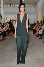 Leigh Lezark looked very classy in a sleeveless gray blouse with a deep-V neckline, paired with wide-leg pants, at the Sportmax fashion show.