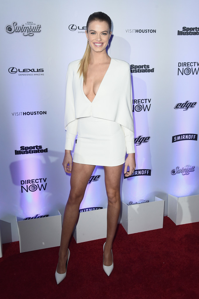 Hailey Clauson Every Look From Sports Illustrated S 2017 Swimsuit Issue Party Stylebistro