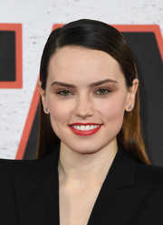 Daisy Ridley opted for a simple straight hairstyle with a side part when she attended the 'Star Wars: The Last Jedi' photocall.